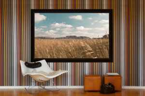 Projektorduk i vardagsrum med snygg tapet och coola möbler!