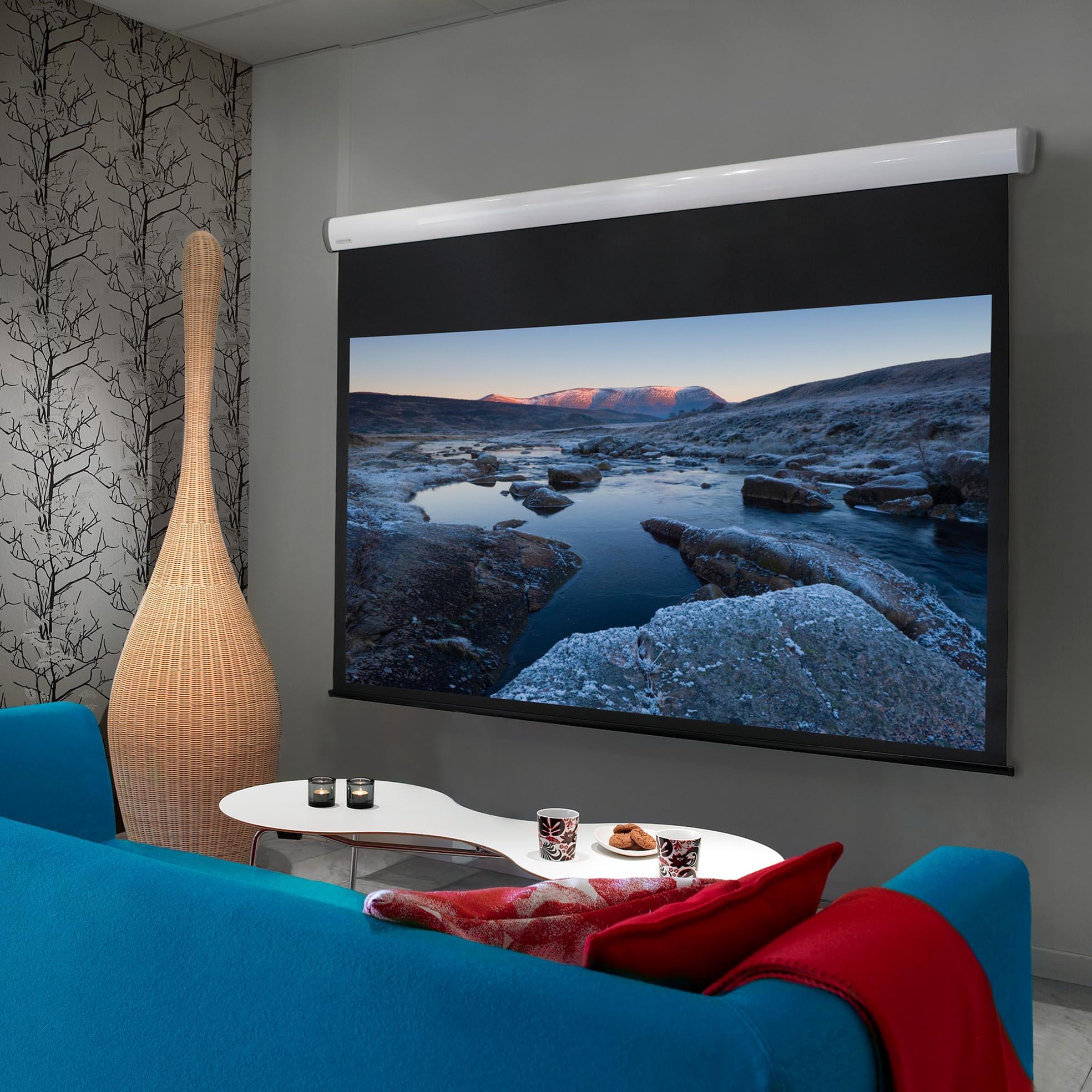 Elektrisk filmduk för hemmabio och kontor, i snyggt vardagsrum, från Kingpin Screens