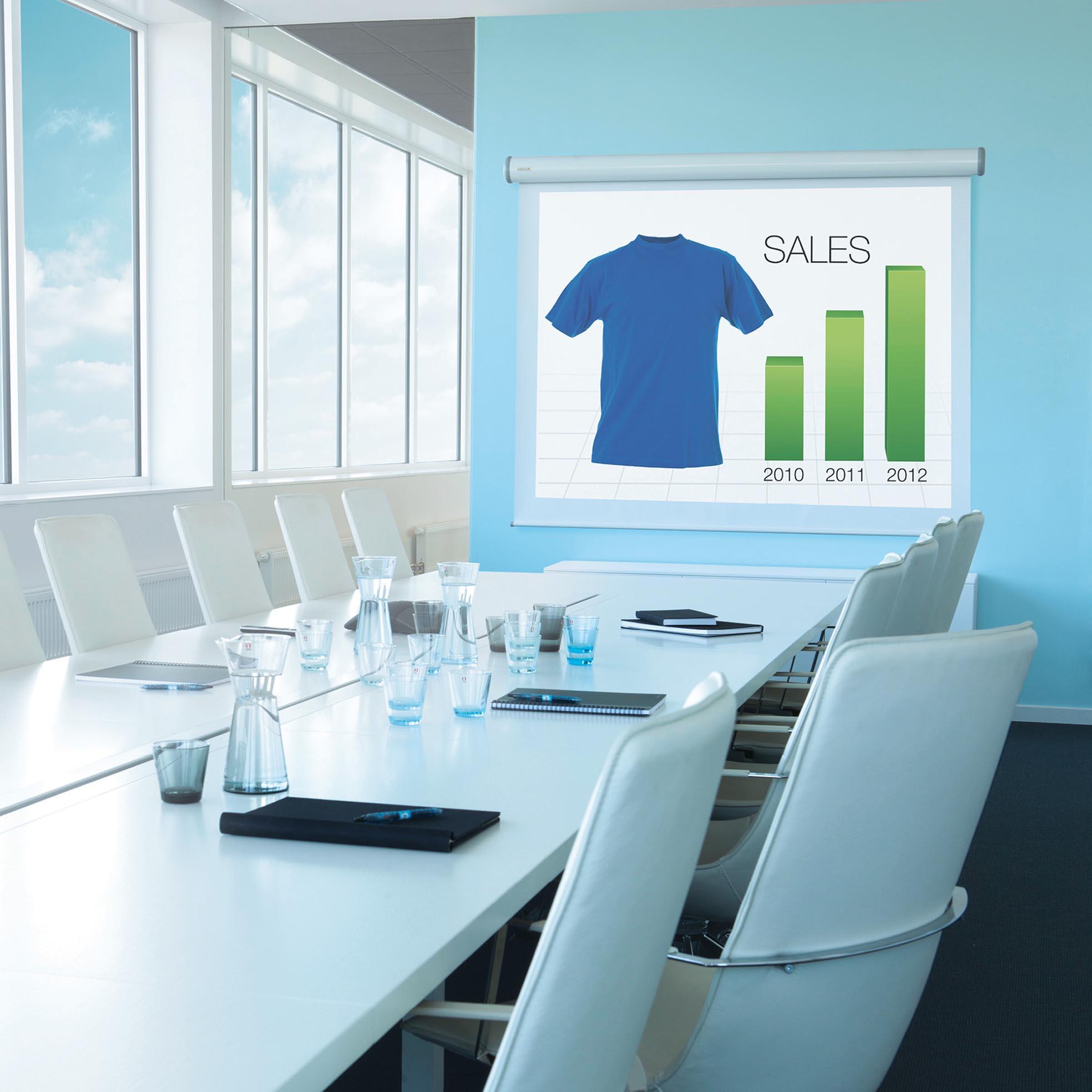 Elektrisk projektorduk för hemmabio och kontor, i snygg kontorsmiljö, från Kingpin Screens