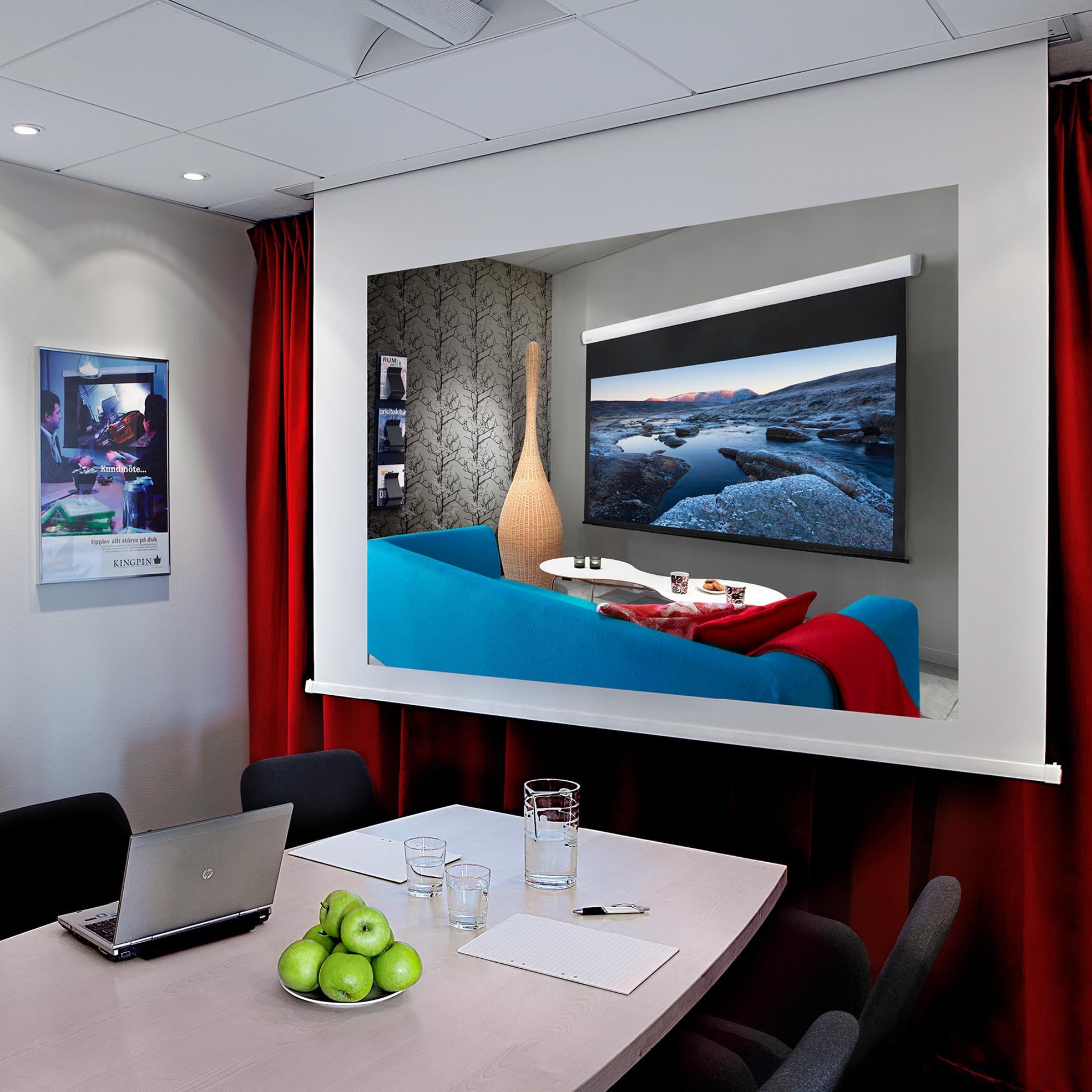 Projektionsduk för inbyggnad i tak för projektor, miljöbild i konferensrum, från Kingpin Screens