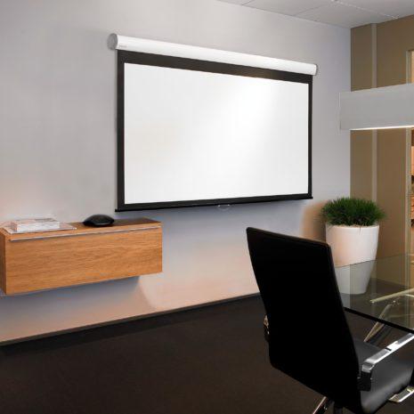 Manuell filmduk för hemmabio och kontor, i snygg kontorsmiljö, från Kingpin