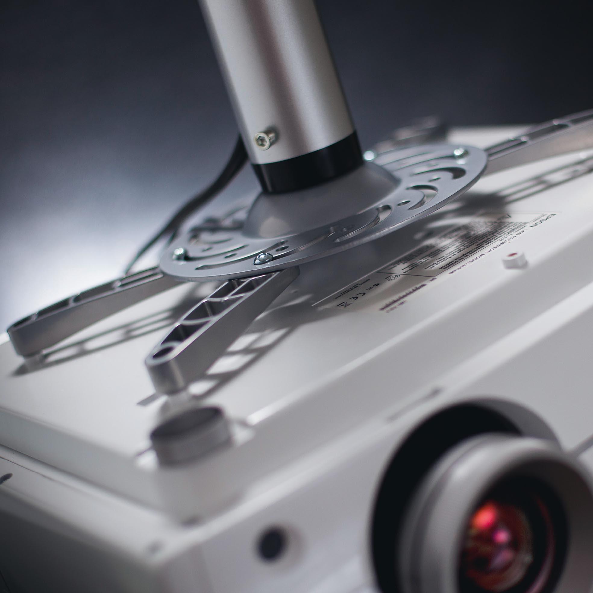 Projektorfäste för takmontering (30-107 cm förlängning), detaljbild med projektor, från Kingpin Screens
