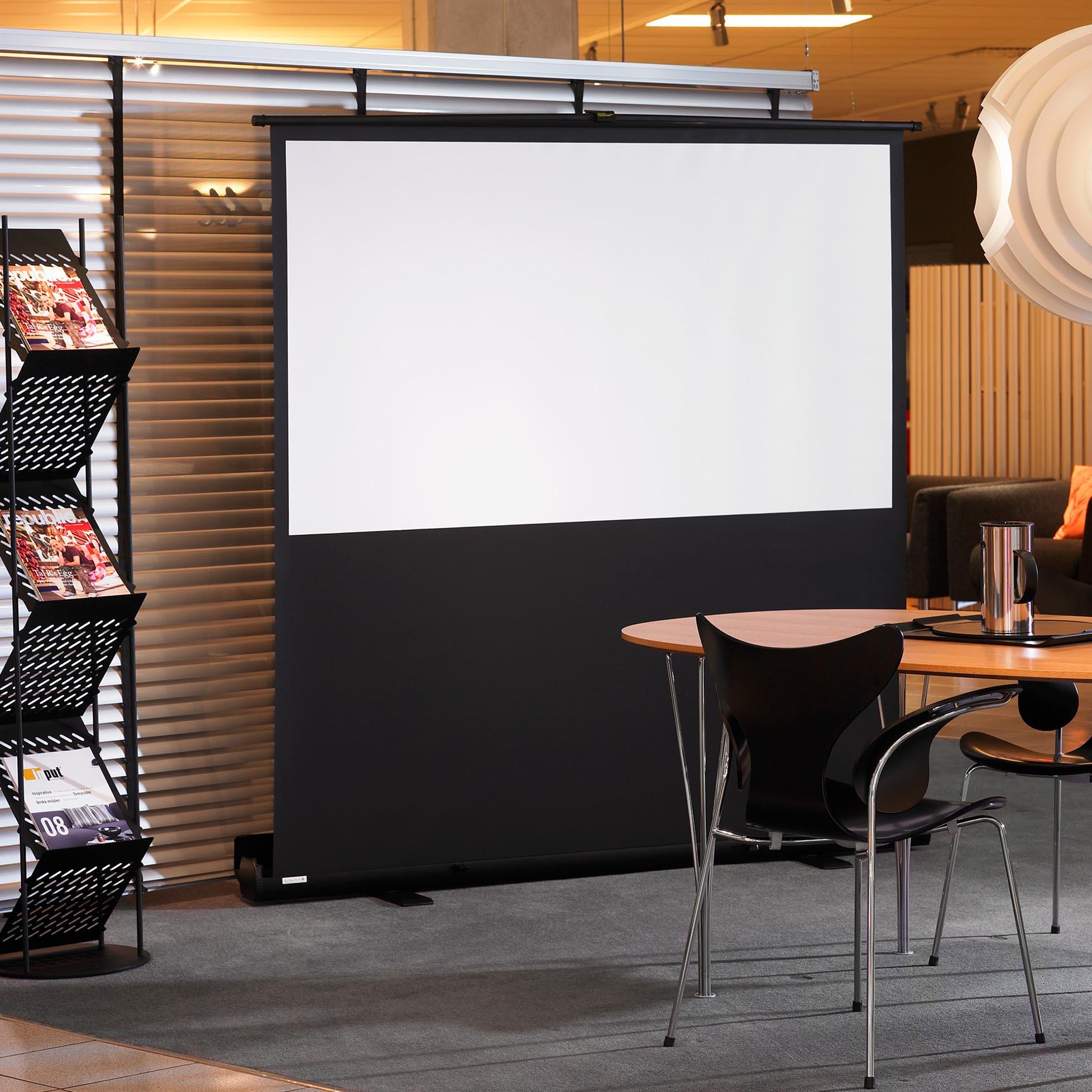 Golvstående filmduk för konferens, miljöbild på kontor, från Kingpin Screens
